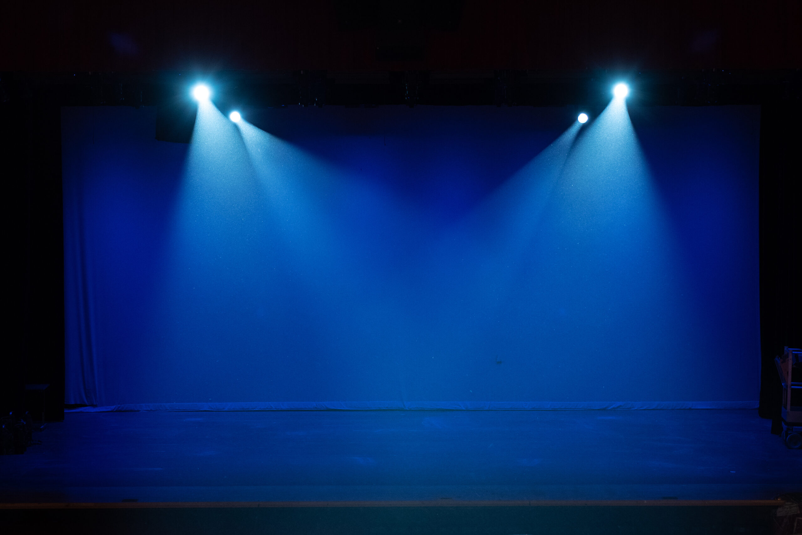 4 spotlights and blue backlight on the stage